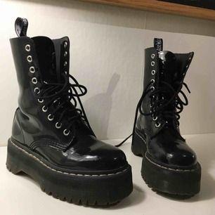 Dr martens x Agyness deyn, the aggy 1419 platform patent leather boots🖤🔥 Emtremt balla martens i äkta  skinn, lackat. Sulan är 4,5 cm, 10 snörningshål. Nypris: 2500 kr. Superkvalitet!! Kan mötas upp i  Stockholm🖤 (vita skosnören medföljer)
