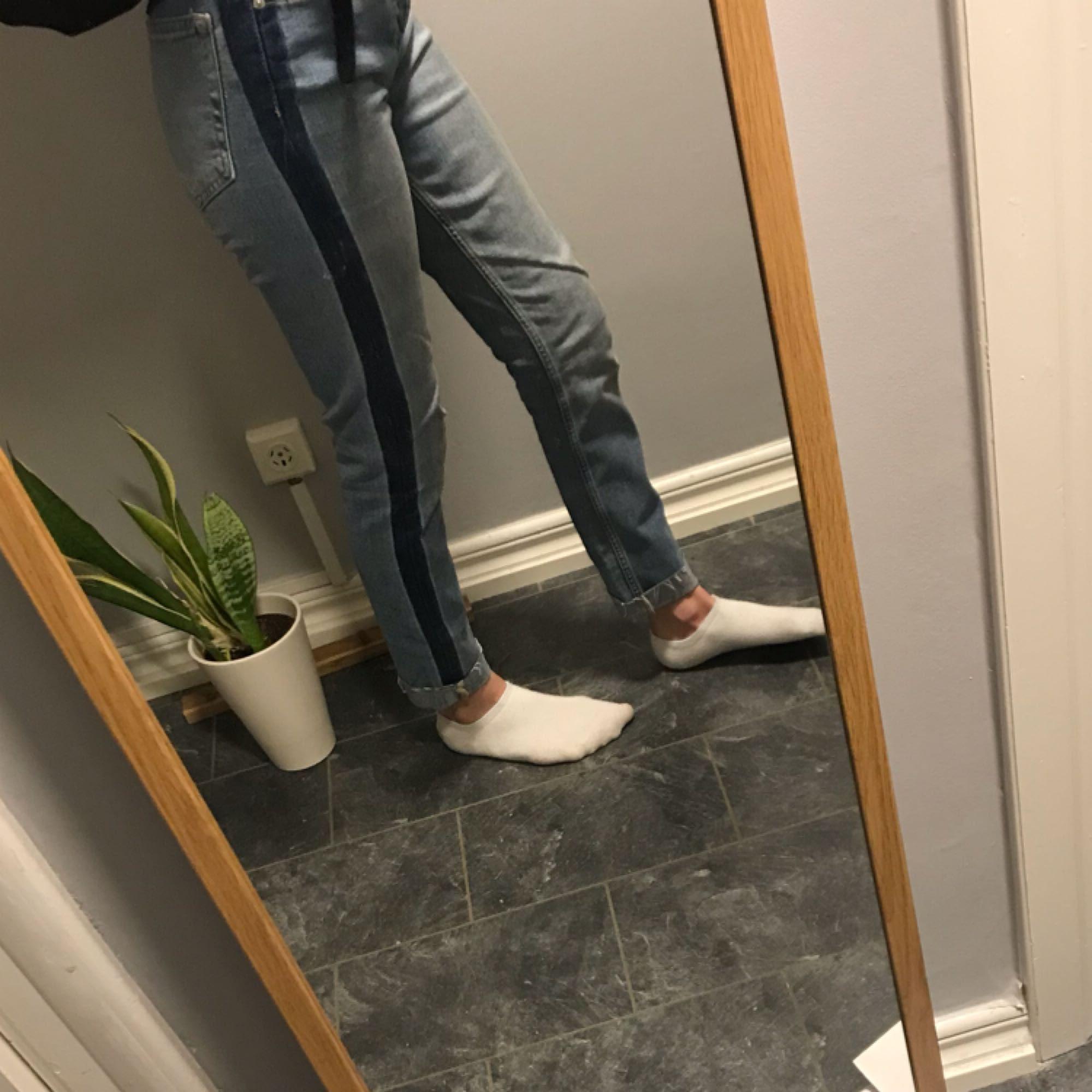 super sköna jeans köpta på ginatricot, använda fåtal gånger frakt tillkommer på 50kr. Jeans & Byxor.