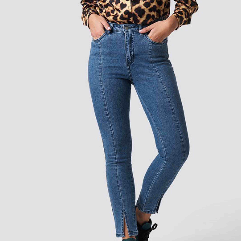 snyggaste jeansen från na-kd❤️ aldrig använda prislappen sitter fortfarande kvar frakt ingår💌. Jeans & Byxor.
