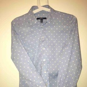 Gant skjorta dam Storlek: 34 Nypris: 700 Mitt pris: 450 Varför: säljer pga att jag inte använder den, endast använd 2/3 ggr Kan mötas upp i Sthlm annars står köpare för frakt✨