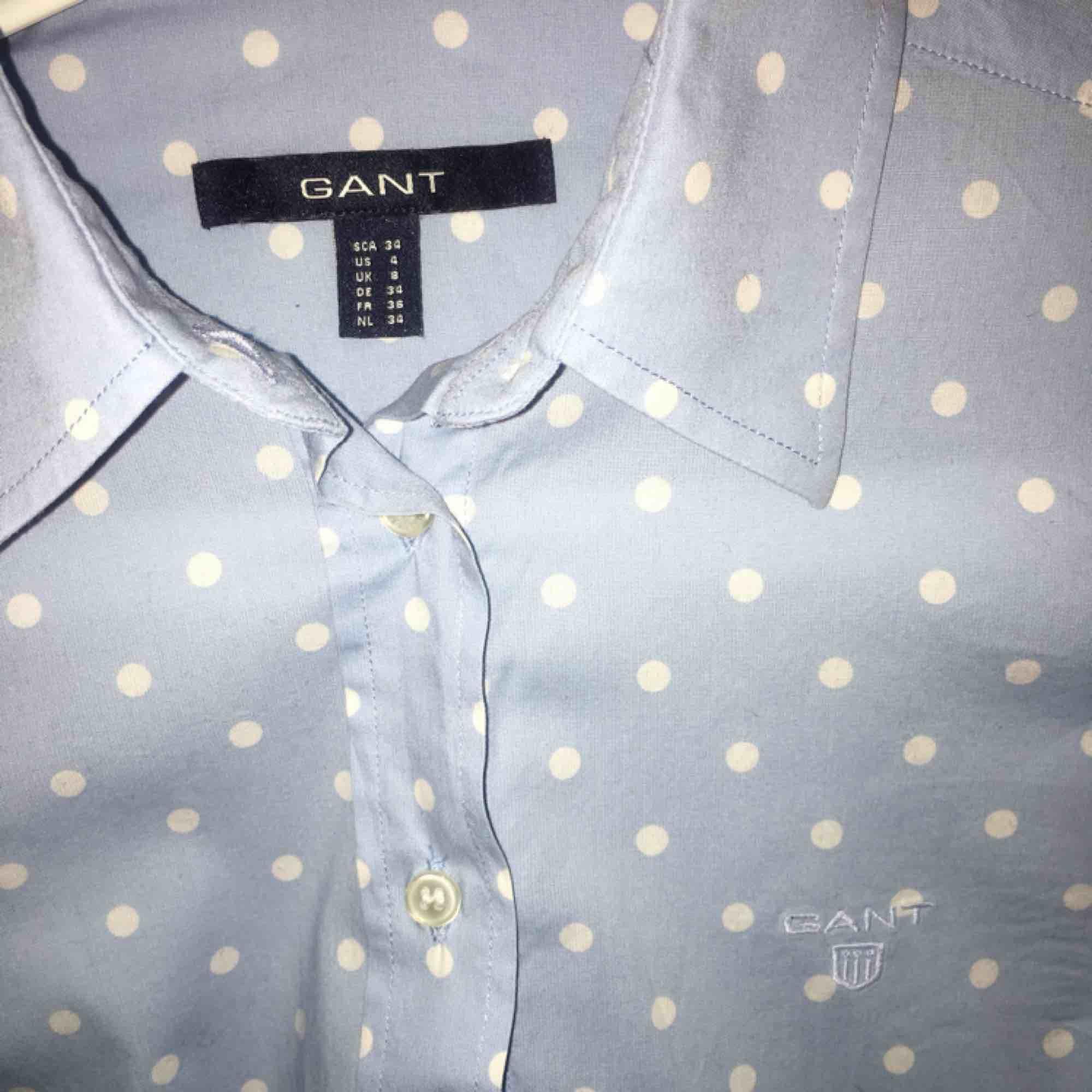 Gant skjorta dam Storlek: 34 Nypris: 700 Mitt pris: 450 Varför: säljer pga att jag inte använder den, endast använd 2/3 ggr Kan mötas upp i Sthlm annars står köpare för frakt✨. Skjortor.