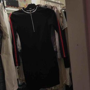 Aldrig använd gucci inspirerad bodycon klänning! Priset är inklusive frakt.