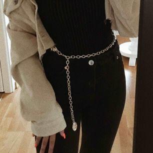 Snyggt o populärt chain belt som är köpt på topshop! Sååå snyggt 🦋 säljer då jag har ett liknade!