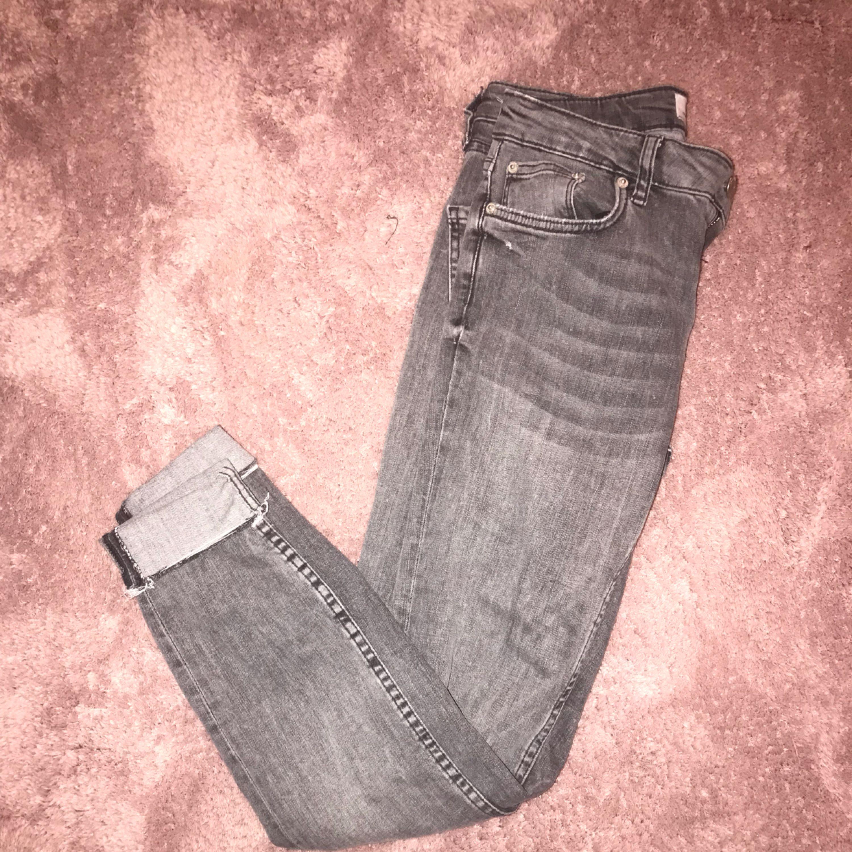 Gråa jeans från zara i storlek 34, använda ca 3 gånger. Man kan vika ner byxbenet också! . Jeans & Byxor.
