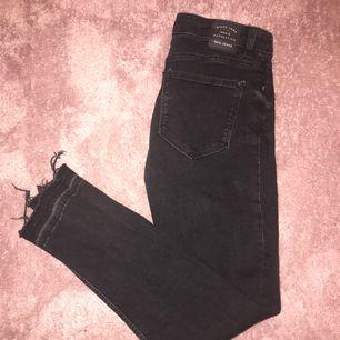 Svarta jeans från mango i storlek 36, använda en gång!