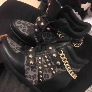 Skorna är köpta i Paris förra året. Endast använda 2gånger. Säljs pga de inte kommer till användning. Finns i Stockholm.