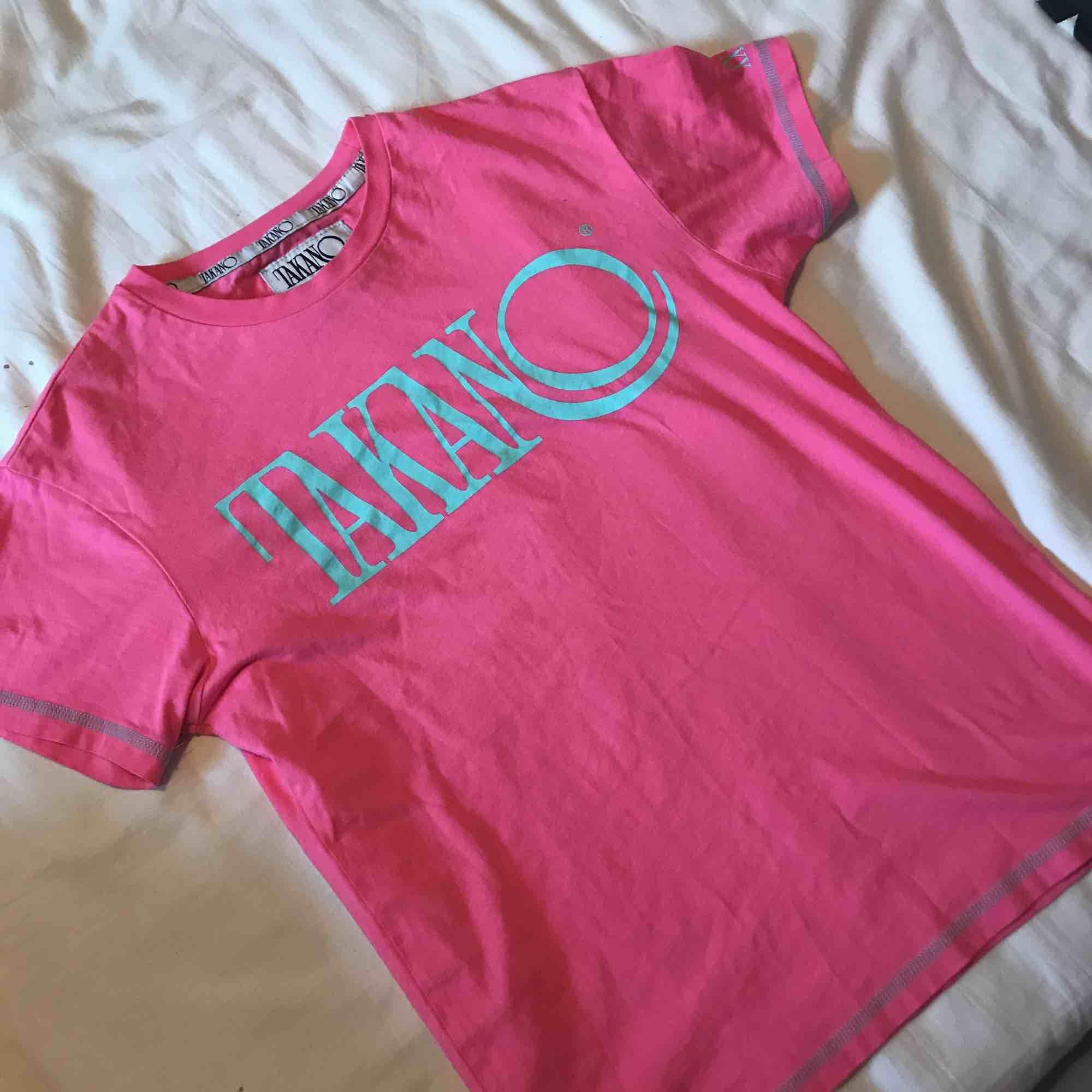 Rosa takano tröja, köp på junkyard. T-shirts.