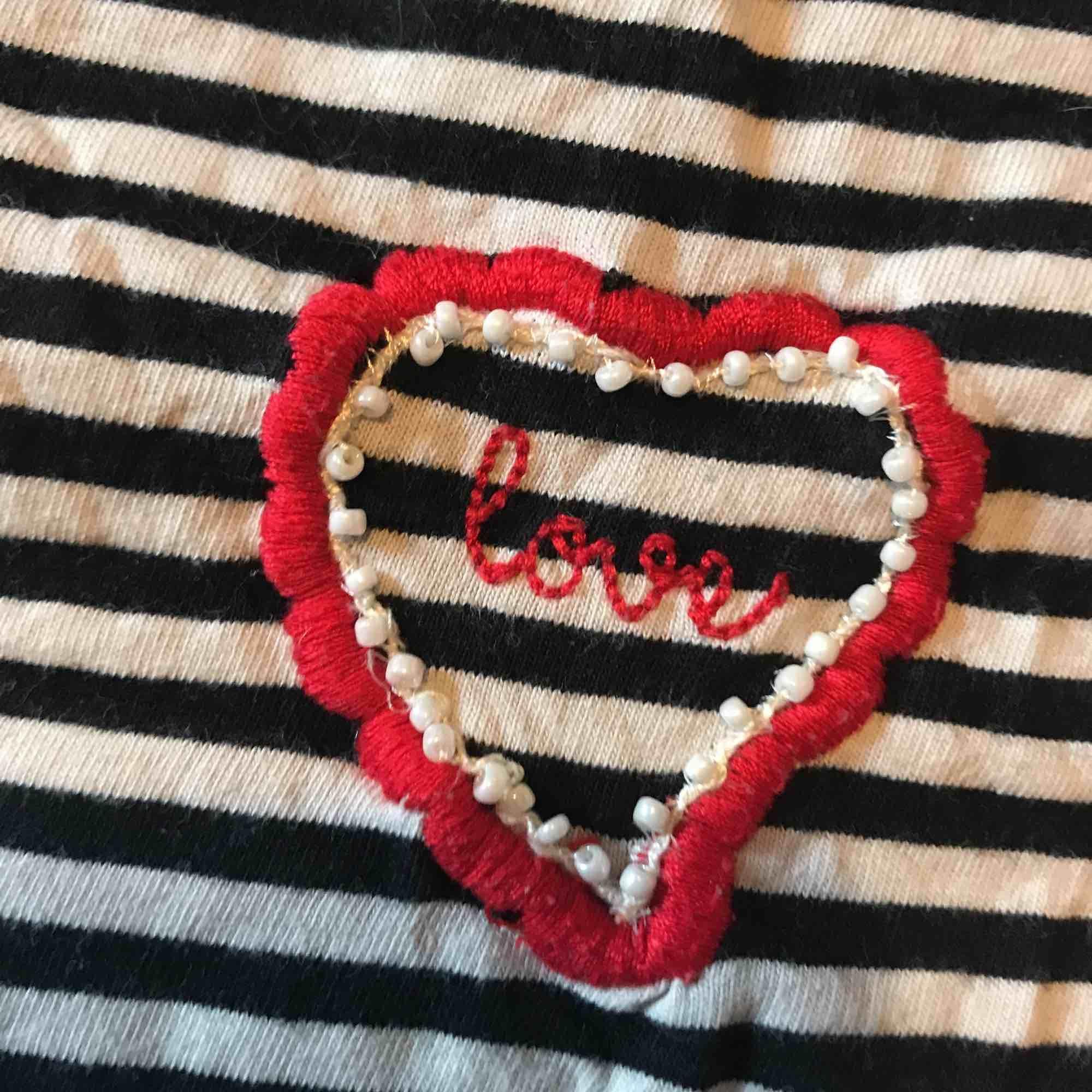 Jättesnygg randig tröja från hm med ett broderat hjärta på bröstet. T-shirts.