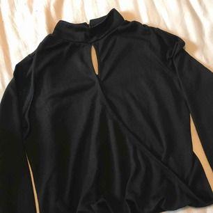 Snygg tröja med urringning fram, från bikbok. Har sytt en liten söm fram föratt man inte ska visa hela brösten haha