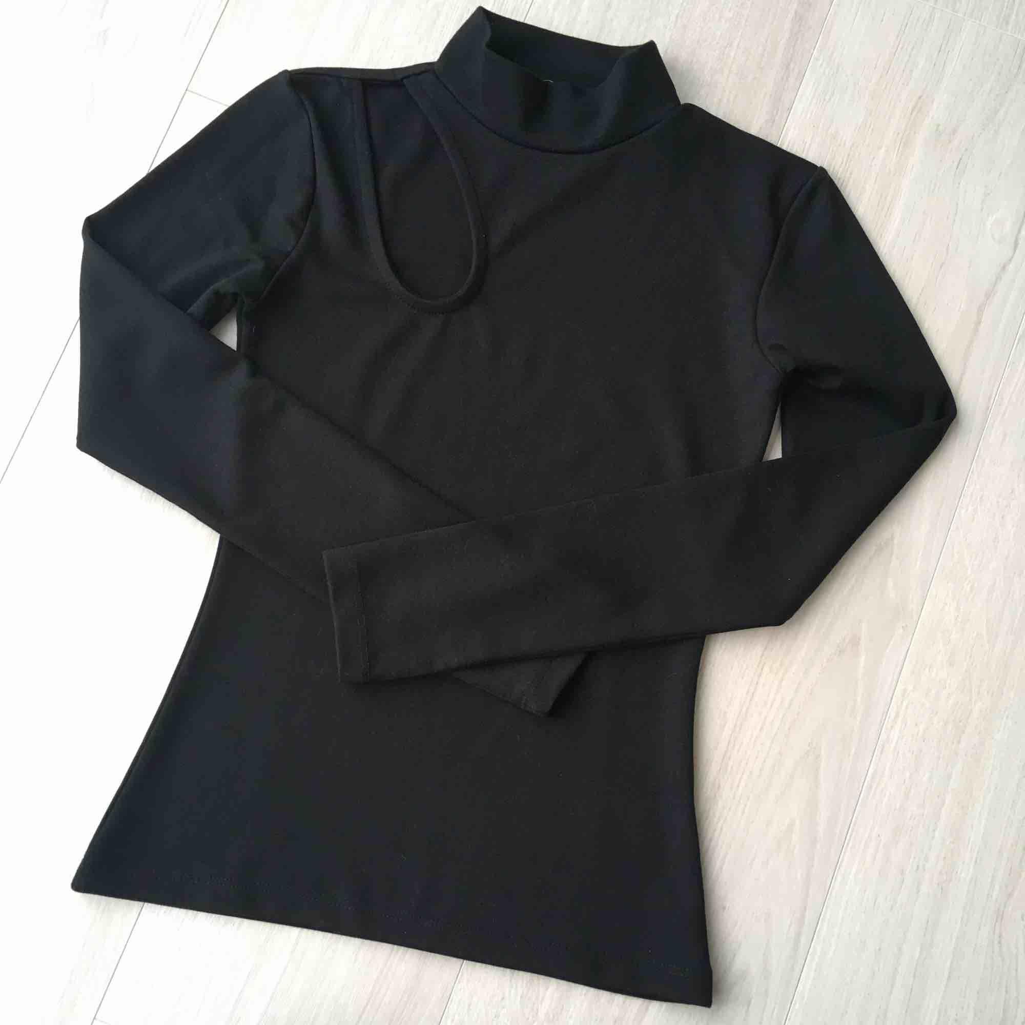 Ny svart lång T-shirt från NA-KD. Aldrig använd. Frakt är plus 18kr.. T-shirts.