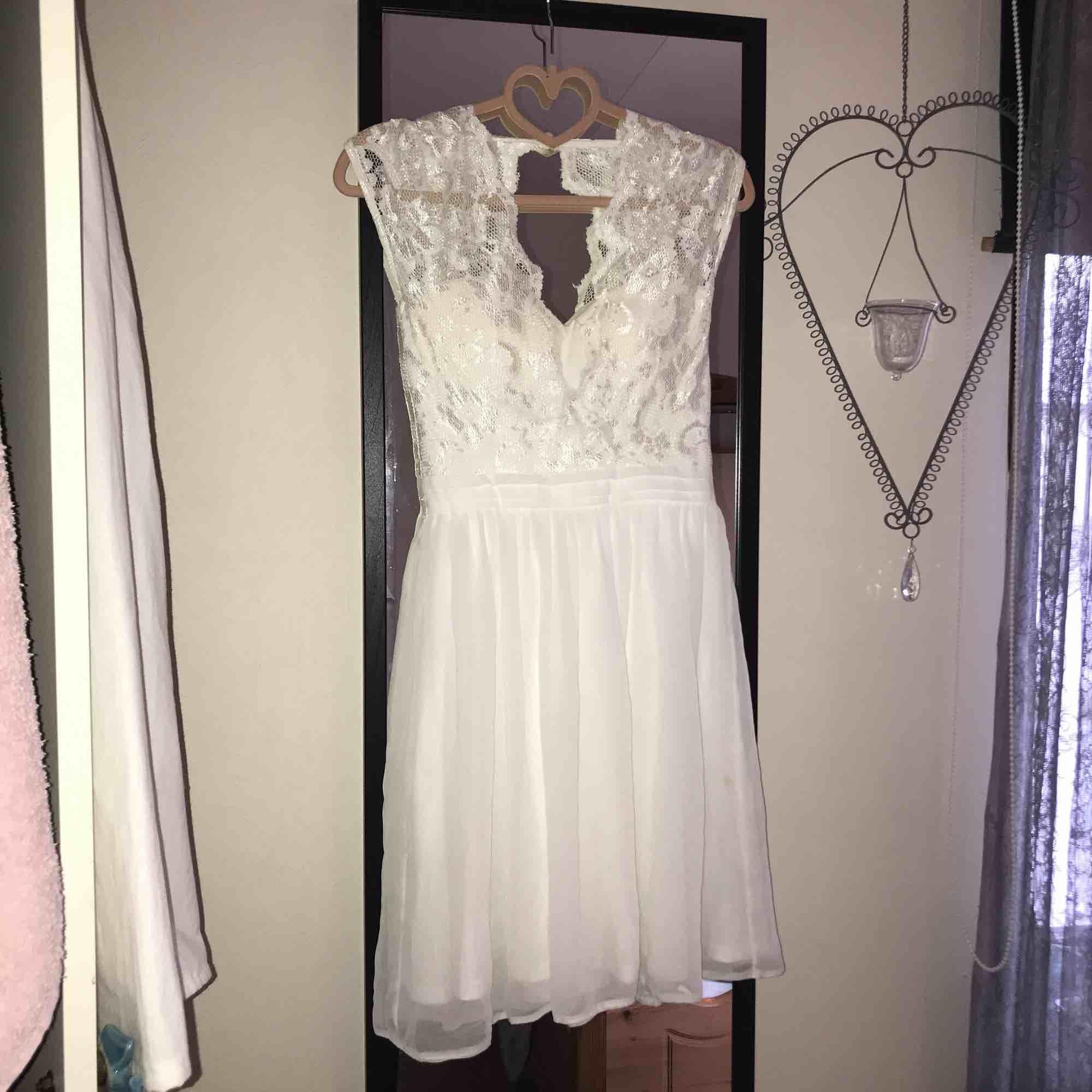 Studentklänning kanske? Köpt på Nelly för 3 år sen, endast använd vid ett tillfälle! Inbyggd bh i den.. Klänningar.