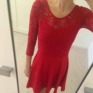 Röd spetsklänning från H&M.
