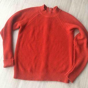 Röd stickat tröja från H&M. Storlek är XS, men kan passa också S storlek. Används bara tre gånger.