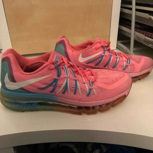 Säljer mins träningsskor från Nike. De är väl använda men i ett bra skick! Sulan där framme har gått av lite men det löser man enkelt med limm. Köparen står för frakten!☺️