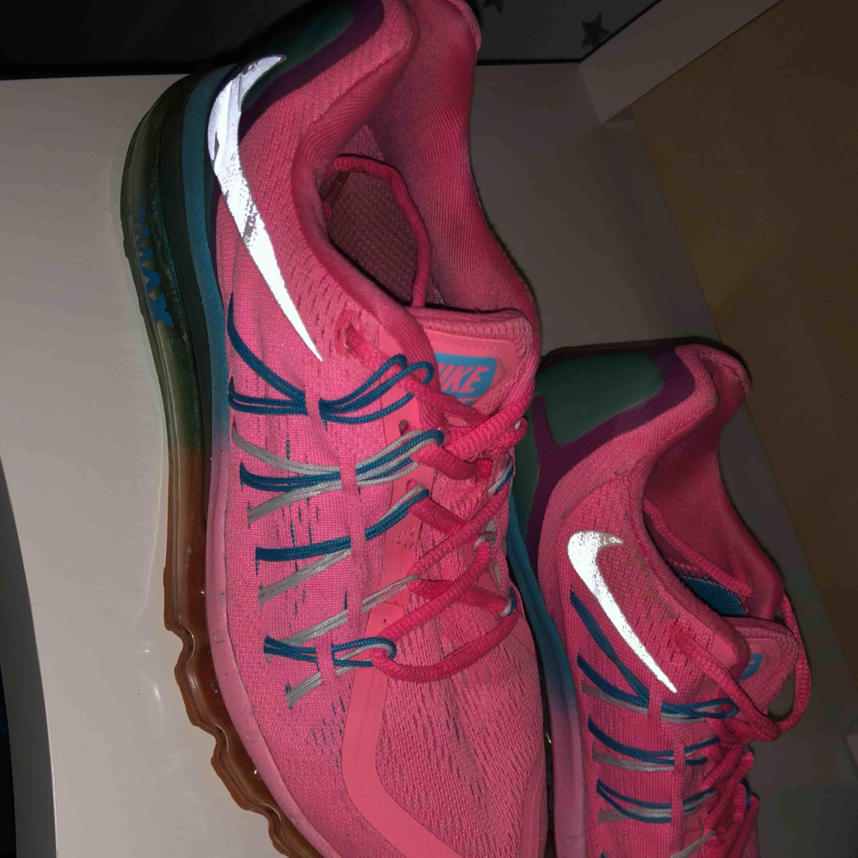 Säljer mins träningsskor från Nike. De är väl använda men i ett bra skick! Sulan där framme har gått av lite men det löser man enkelt med limm. Köparen står för frakten!☺️. Skor.