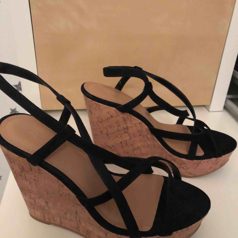 Ett par klackar från H&M, endast använda två gånger. Köparen står för frakten☺️. Skor.