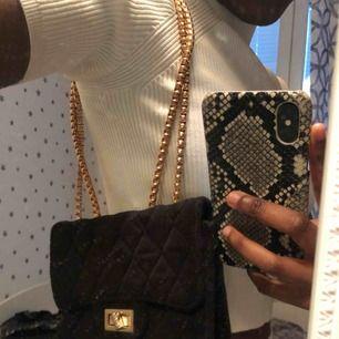 Säljer en crossbag med guld detaljer i fint skick! Köparen står för frakten☺️