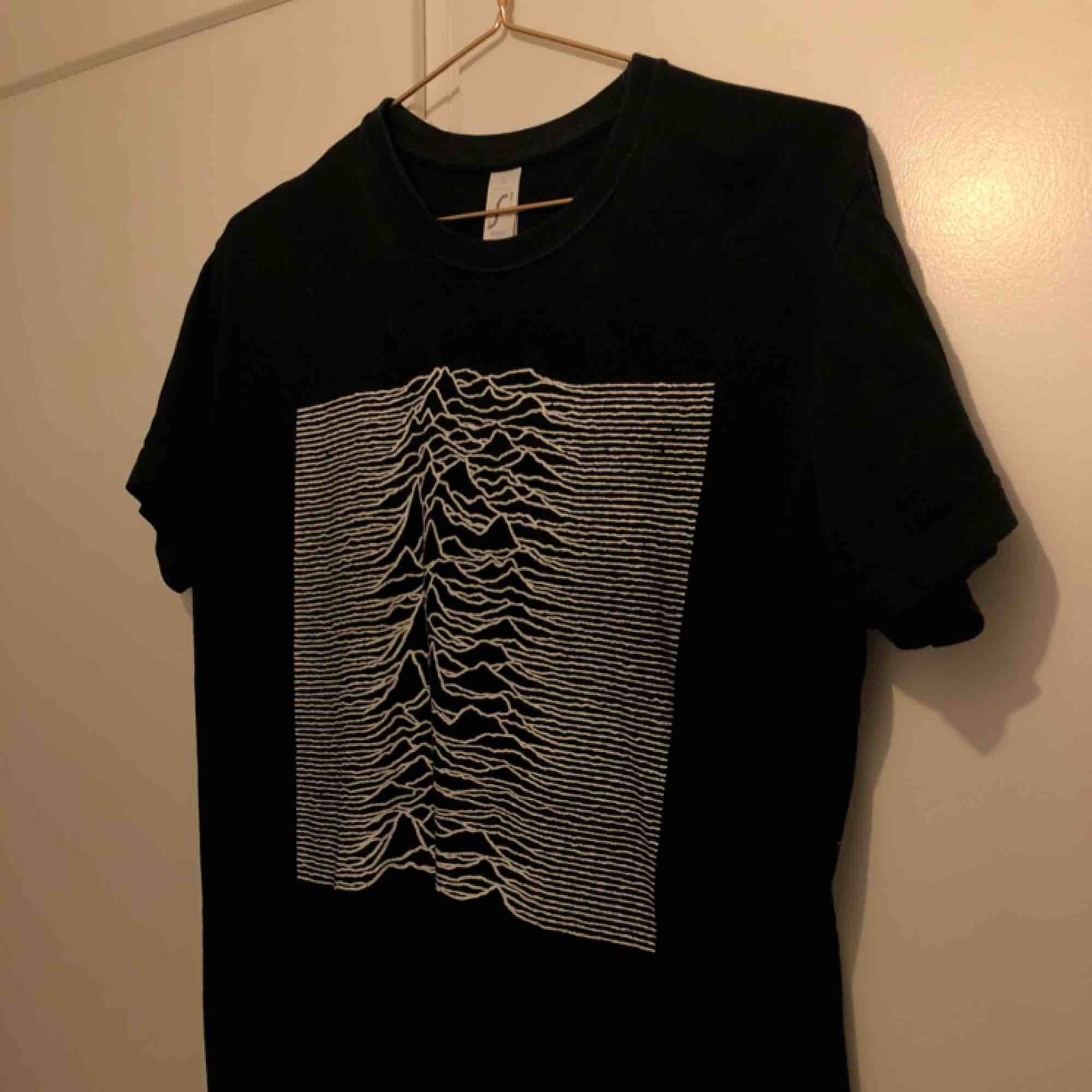 T-shirt med Joy Division tryck. (Unknown Pleasures).. T-shirts.