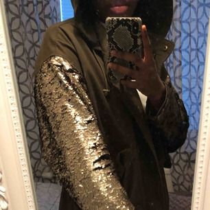 Säljer en jacka från Zara med paljetter på armarna som man kan switcha sida på. Den har en luva! Köparen står för frakten☺️