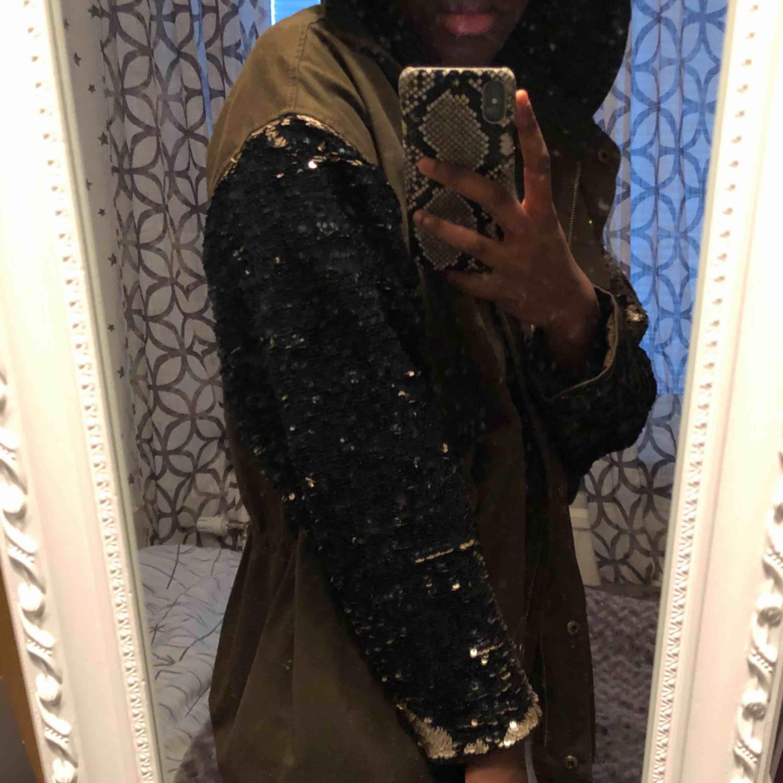 Säljer en jacka från Zara med paljetter på armarna som man kan switcha sida på. Den har en luva! Köparen står för frakten☺️. Jackor.