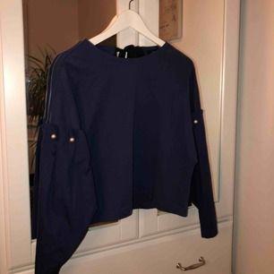 Tröja med skjortärmar och knytning i ryggen  Kan mötas upp i Täby/Danderyd annars står köpare för frakt