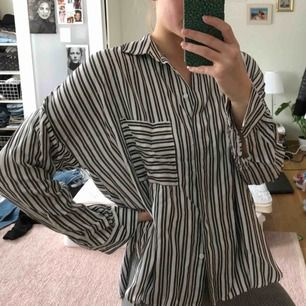 Jättefin randig skjorta från hm i storlek 38, knappt använd! Frakt ingår i priset🥰