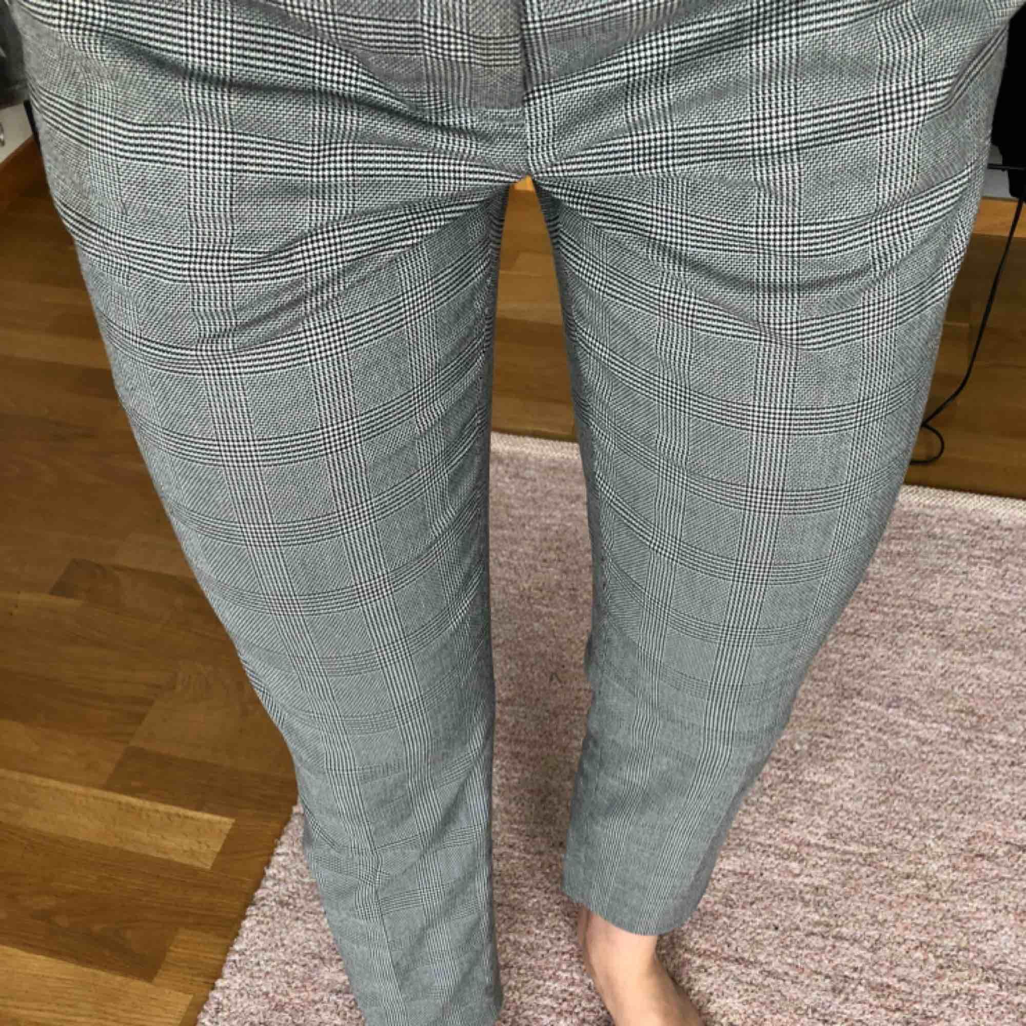 Jättesnygga rutiga kostymbyxor från hm i storlek 36 som inte kommer till användning längre, frakten ingår i priset 🥰. Jeans & Byxor.