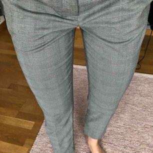 Jättesnygga rutiga kostymbyxor från hm i storlek 36 som inte kommer till användning längre, frakten ingår i priset 🥰