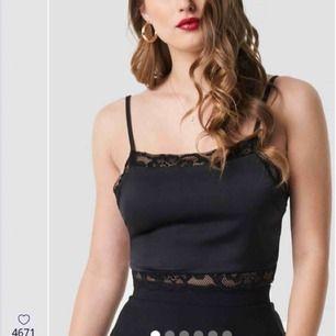 Ny svart cropped lace undertröjan från Pamela X NA-KD kollektion. Aldrig använd. Original priset är 299kr.  Frakt är plus 10kr.