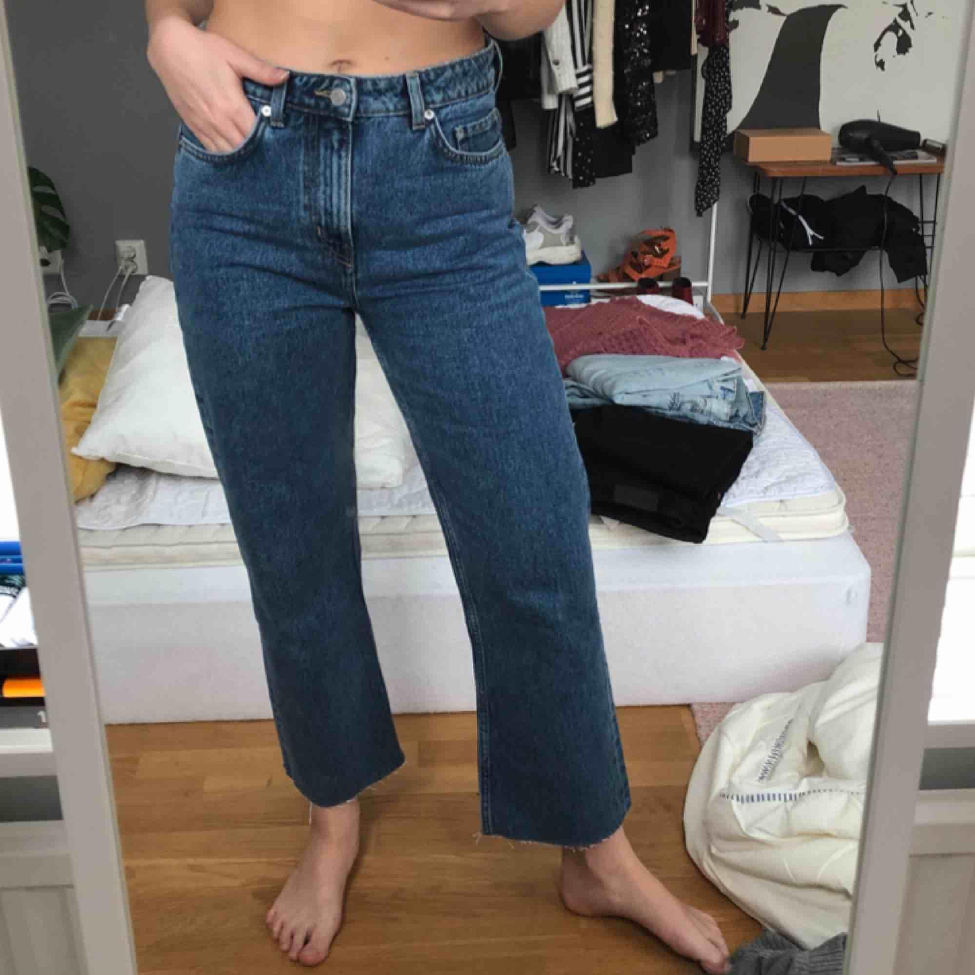 Jättesnygga raka jeans från weekday i storlek 27 som inte kommer till användning, knappt använda! Frakten ingår i priset 🥰. Jeans & Byxor.
