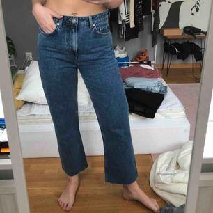 Jättesnygga raka jeans från weekday i storlek 27 som inte kommer till användning, knappt använda! Frakten ingår i priset 🥰
