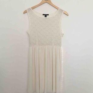 e26c8b176b61 Vacker studentklänning från Forever 21. Snyggt broderi i toppen & fint  svall i kjolen.