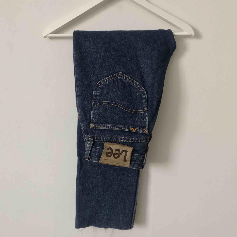 Snygga mörkblå vintage jeans från Lee. Väldigt snygga men har tyvärr blivit för små för mig i midjan. Har själv klippt av de på byxbenet för att få en mer sliten och croppad effekt. Priset kan diskuteras. Möts upp i Gävle eller fraktar (72kr)💙. Jeans & Byxor.