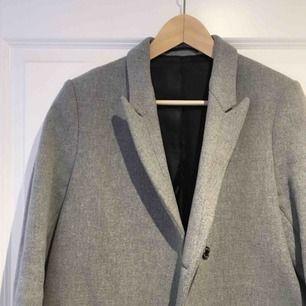 Säljer nu min Filippa K kappa. Modell Dean coat.  Den är i väldigt bra skick! Fortfarande som ny.  Passar både vår och vinter beroende på vad man har under.  Köptes för 4500kr. Material: 80% ull.  Skickas mot fraktkostnad. Eller upphämtning i Sundbyberg.