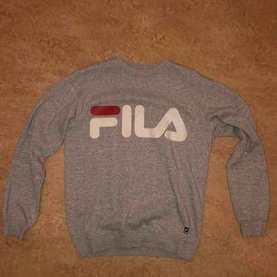 Fila sweatshirt i bra skick. Han användas några gånger.  Manlig storlek i S ( frakten ingår i priset )