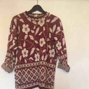 Röd, glittrig stickad tröja. Köpt på second hand!