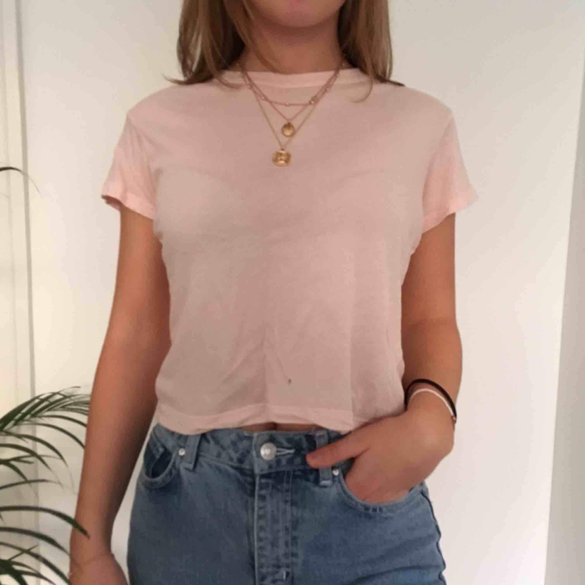 En ljusrosa t-shirt från Brandy Melville.  Vi möts gärna upp i Stockholm men pm frakt betalar köparen det. T-shirts.