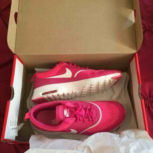 Nike air max thea rosa dam i stl 40 Har använts vid 1 tillfälle men som nya, inga skador osv Ny Pris står på bild 3  Inte orginal kartongen för dessa skor Fast pris  Finns i Norrköping, swish finns
