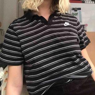 (Pris inkluderat frakt) en piké tröja från nike. Svart och grå randig.
