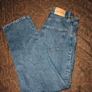 Snygga jeans från monki i modellen taiki. Köpta här på plick men yvärr för små för mig, därav använda fåtal gånger.