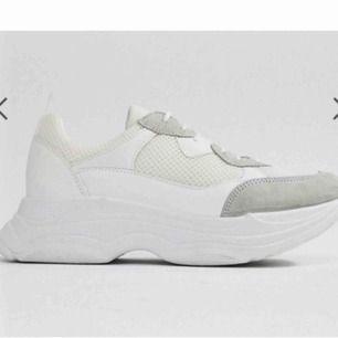 Chunky sneakers från Office London modellen heter Fizzled och är vit o grå. storlek 40 men mer som en 39. aldrig använda ute så skicket e topp🔥 frakt 105