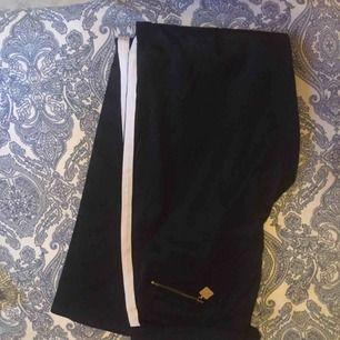 Svarta byxor, köpta second hand så oklart märke. Köparen står frakten