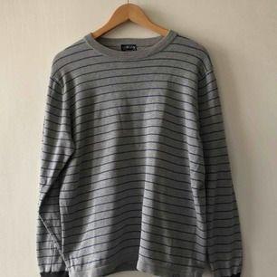 Långärmad tröja från Stussy. Trevligt använt skick. Ganska liten så passar även m. Kan hämtas i Uppsala eller skickas mot fraktkostnad.