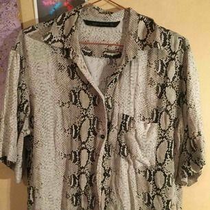 Skjorta från zara i snake print. Jätteskönt material. Möts i Sthlm, annars betalar köparen frakten.