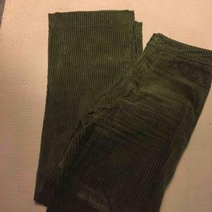 Säljer mina asfina gröna högmidjade manchesterbyxor från Weekday. Endast använda 2 gånger så fint skick med ytterst lite slitage. Bild 3 är  från hemsidan, upplever de dock som något mer utsvängda nertill än vad bilden visar. Nypris var 600kr.