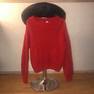 Röd mysig stickad tröja från H&M i storlek S. Köparen står för fraktkostnaden!