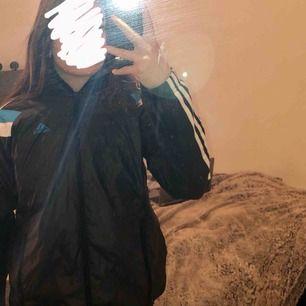en svart adidas jacka