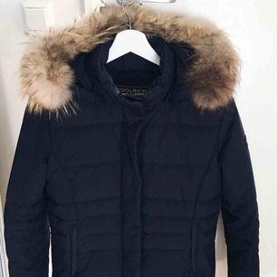 """Navy WOOLRICH jacka i modellen """"w's fur trenton jacket"""". Stl M, passar även stl S. Sparsamt använd så i mycket bra skick! Originalpris 5000kr, kvitto finns!"""