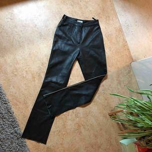 MC-liknande byxa i äkta läder. Super snygga men för små ☹️ Köpta i vintage butik. Sitter bra i längden på mig som är 176 cm.