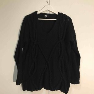 En stickad oversized tröja från Bikbok. En aning nopprig men inget som inte går att ta bort. Superfin och varm!  Frakt tillkommer!